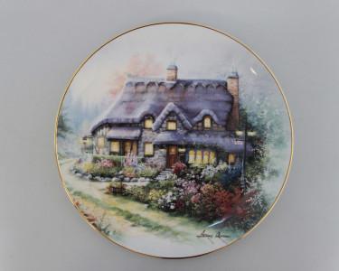 Тарелка декоративная Royal Doulton Коттедж на сиреневой излучине. Англия