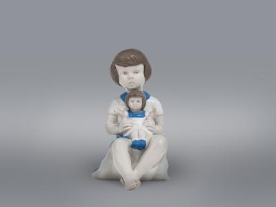 Статуэтка Девочка с куклой Carl Schneiders Erben (Grafenthal)